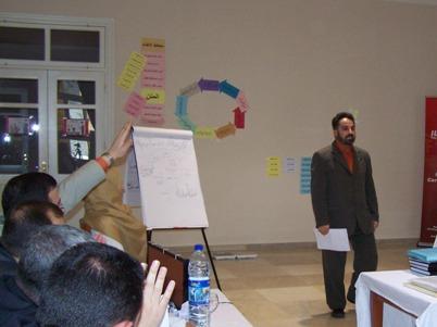 المتدرب محمد زبدية يجيب على أسئلة اللجنة أثناء اختبار المدرب المعتمد