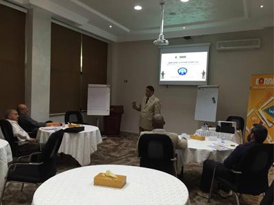 المدرب جمعة محمد سلامة يختتم دورة السلامة الصناعية في مواقع العمل لمجموعة من الموظفين