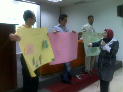 المدربة سعاد محمد السيد تقدم تقييمها لعمل المجموعات الخماسية.