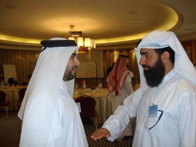 صالح الجرموزي يبذل جهدة مقطباً حاجبية مع عبدالله الزيارة