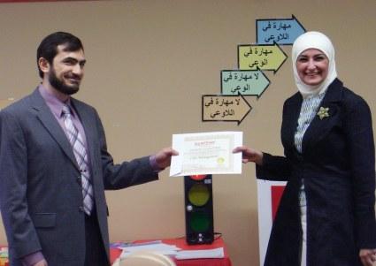 المتدربة تهاني الصغير تتسلم شهادة إدارة العمر من الدكتور مهند الفرحان