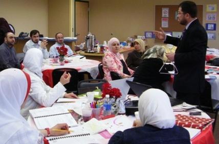 مناقشة بين المتدربين بإشراف المدرب محمد بدرة
