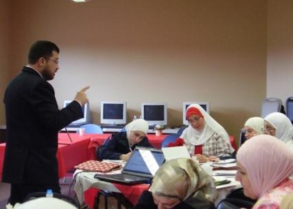 المدرب محمد بدرة أثناء الإجابة على سؤال إحدى المتدربات