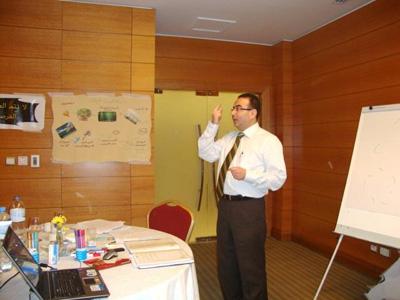 المدرب أحمد الخطيب يساعد المتدربين على تطبيق تقنية تدريبية تثبت أهمية وجود دليل حركي يوجه العين أثناء تنفيذ القراءة الصحيحة والسريعة (التي تساعد القارئ على التركيز والتذكر)