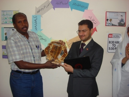 The trainer Tony Peter is receiving a memorial gift from the trainee Awadalla Babker