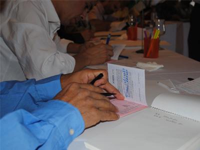 يقوم المدربون بتجهيز جوازات السفر الخاصة بهم...