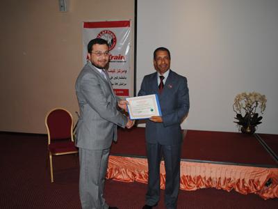 المدرب المعروف عبد الوهاب بو جمال يستلم شهادة