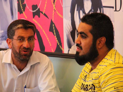 المدربان يوسف سعادة وحسين حبيب السيد يتناقشان ويتبادلان الآراء