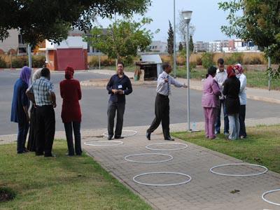المدرب عبدالوهاب بوجمال يعلن عن بداية المسابقة، والمدرب عبدالكريم بلامين يستعد لطرح الأسئلة.