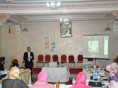 المدرب عبد الغني العزوزي الإدريسي الحسني يقدم شريط الإنطلاق في جلسة الإفتتاح.