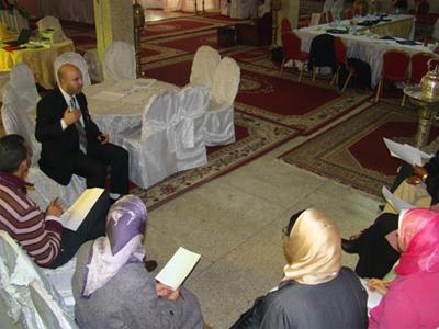 المدرب عبد اللطيف صبور يقدم تعليقات للمتدربين أثناء القيام بالجولات.