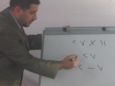 المتدرب ليث أثناء تقديمه عرضه التدريبي خلال إحدى الجولات التدريبية.