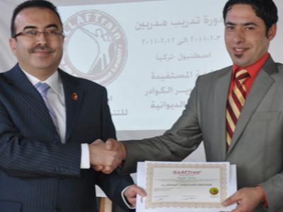 المدرب أحمد الخطيب يسلم الشهادة للمتدرب حيدر.