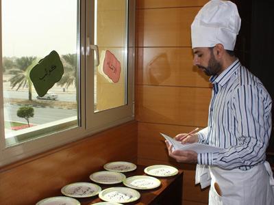 الطباخ محمد الشبلي يُعدّ الوجبات المطلوبة منه.