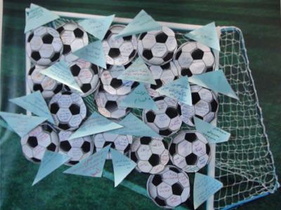 حيث كتب المتدربون أهدافهم على كرات وثم كتبوا العقبات على قطع بلاستيكية زرقاء ليتساعدوا في نزع العقبات قبل بدء الدورة....