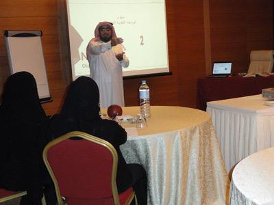 المدرب حسين حبيب السيد وهو يقدم مادة البرمجة اللغوية العصبية