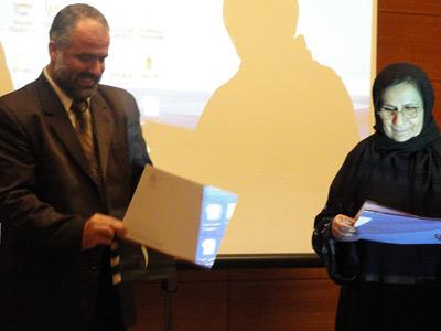 الدكتور رائد الذهبي  يسلم شهادة الدورة للمتدربة المميزة الاستاذة صباح
