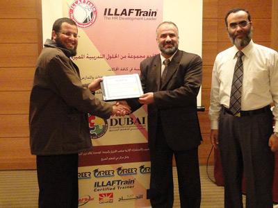 الدكتور رائد الذهبي  يسلم شهادة الدورة للمتدرب الاستاذة احمد روبي