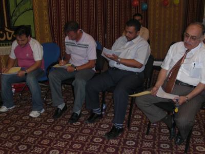 المتدربون يقوموا بتعبئة إستمارة التقييم لأحدى مقدمى العروض التقديمية.