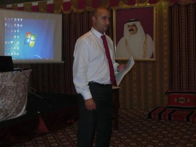 المدرب هشام زكى أثناء شرح إستمارة التقييم لكل مقدم عرض.
