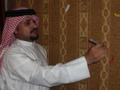 المتدرب عبدالله صالح يقوم بفرقعه إهدافة من الدورة بعد تحقيقها.