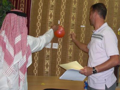 المتدربين عبدالرؤوف وعبدالله يتسابقون على الهدف المشترك.
