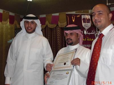 الأستاذ علي صالح يتسلم شهادة إجتياز الدورة.