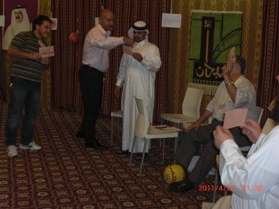 المتدرب علي صالح أثناء طلب المساعده من المدرب و محاولة للمتدرب محمد خباز ان يقرر لمن سيمرر الكرة.