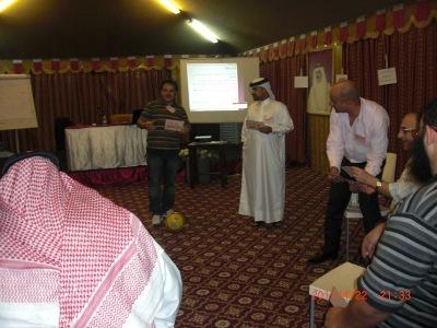 المتدرب محمد خباز أثناء عرضة بأستخدام هيكل المميزات والفوائد.