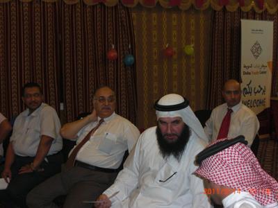 المتدربان طارق وعلي أثناء التشاور فى تقييم العرض التقديمى لإحدى المتدربين.
