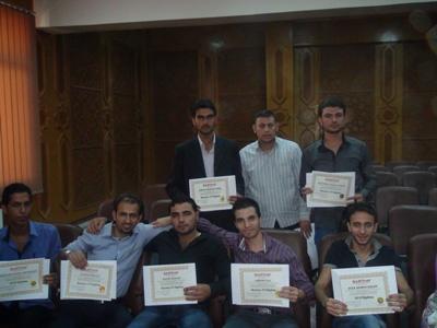 صورة تضم بعض المتدربين بعد استلامهم الشهادات