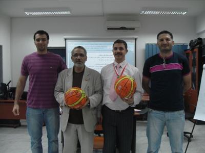 يحيى ورامي من فريق السلة يقدمون هدايا تذكارية للمدربين عليها تواقيع كل الحاضرين..