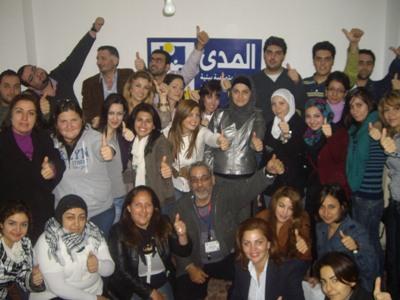 صورة جماعية للمتدربين والمدرب وأعضاء جمعية المدى في نهاية الدورة