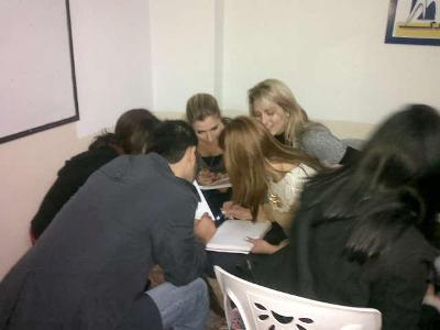 الكل يعمل في مجموعات لوضع استراتيجيات التواصل الفعال...
