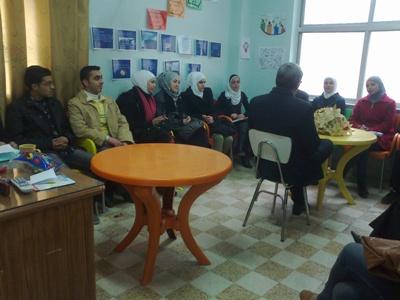 لجنة المقابلات تجري مقابلات توظيف مع المدرب والزملاء