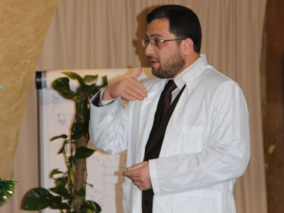 Dr. Mohammad Pedra presenting the instructions during the exercise.