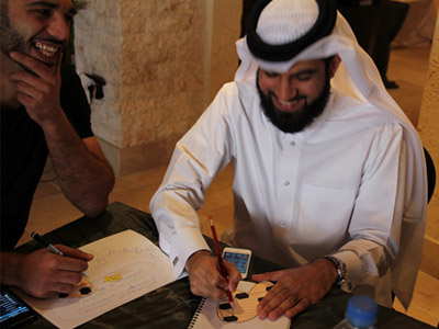 متدرب يقوم بكتابة هدفه التدريبي.