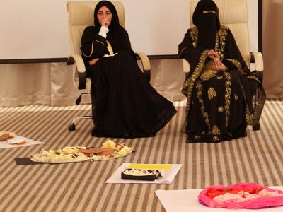 السلطان و السلطانة في لحظة تأمل لإختيار الطبق الأفظل.