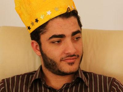 الملك الجديد يفكر بعمق في طلبات الفأرة الغربية.