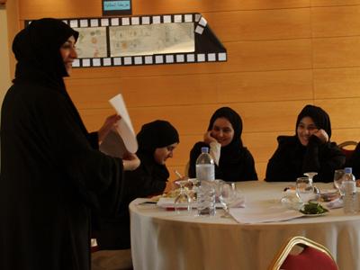 مريم تحاول إقناع الحضور بالطبق السحري التي قامت بإعداده مع المجموعة ليكون طبق الحفل الريسئي.