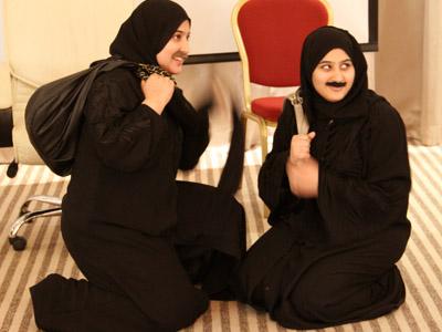 خادمات القصر و ابتسامة صفراء بعد تطبيق الخطة العجيبة.
