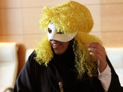 أمير الجان يعرض خدماته على مولاه السلطان متباهياً بجدائله الصفراء.