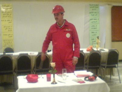 المتدرب أحمد السعدي ينفذ مثاله