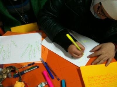 المتدربون يبدؤون بكتابة أهدافهم.
