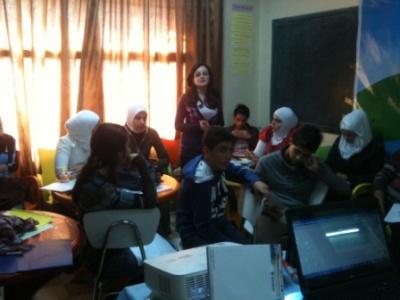 المتدربة ريما تعلم المتدربين وتشرح لهم ما فهمته وتعلمته من ورقة التدريب.