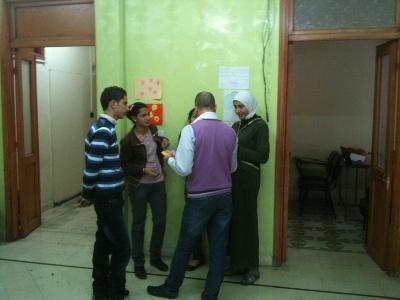 المدرب يوسف يستمع لاجابات المجموعة الرابعة على سؤال زنبقتهم.