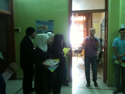 المدرب يوسف دواره يسأل جميع المتدربين بالأسئلة الموجودة خلف الزنبقات الأخيرة.