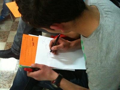 ما زال المتدربون يتعلمون كيفية عمل خارطة ذهنية لورقة التدريب.