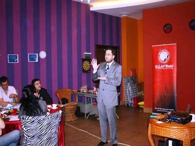 حضر د. محمد بدرة إلى الدورة بشكل مفاجئ للدورة وقدم النصح والإرشادات للمتدربين.