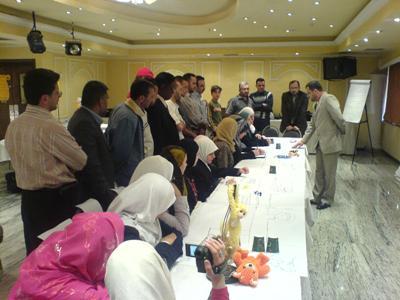 المدرب محمد بدرة يعرض طريق التعليم والتدريب في مؤتمر نهاية الورشة